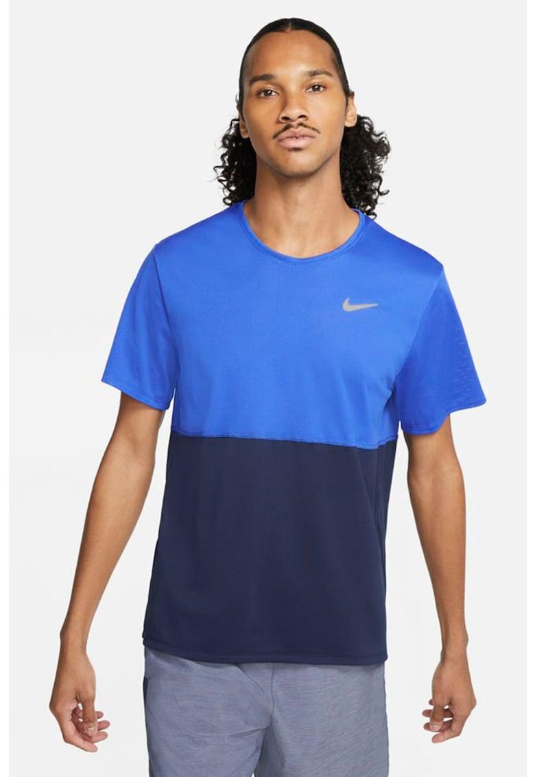 Tricou cu tehnologie Dri-Fit si decolteu la baza gatului pentru alergare Breathe imagine fashiondays.ro Nike