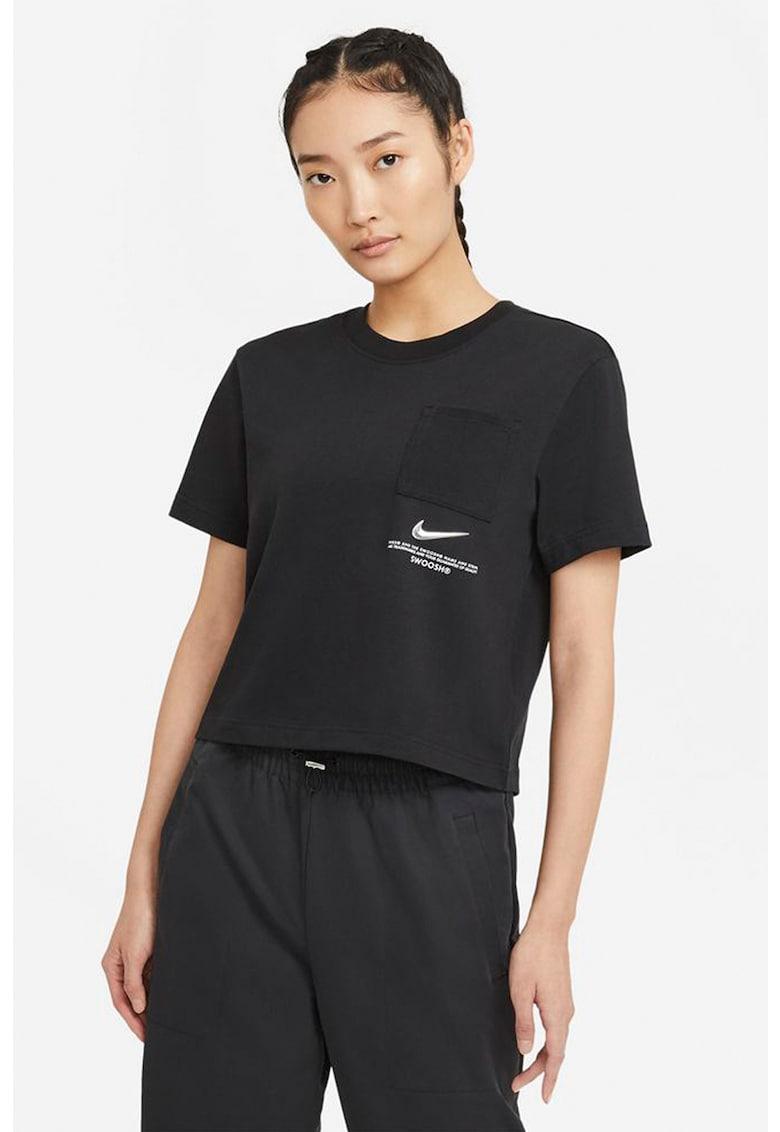 Tricou lejer de bumbac cu buzunar pe piept Swoosh imagine fashiondays.ro Nike