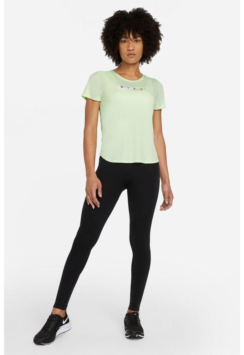 Tricou cu tehnologie Dri-Fit pentru alergare Swoosh imagine fashiondays.ro Nike