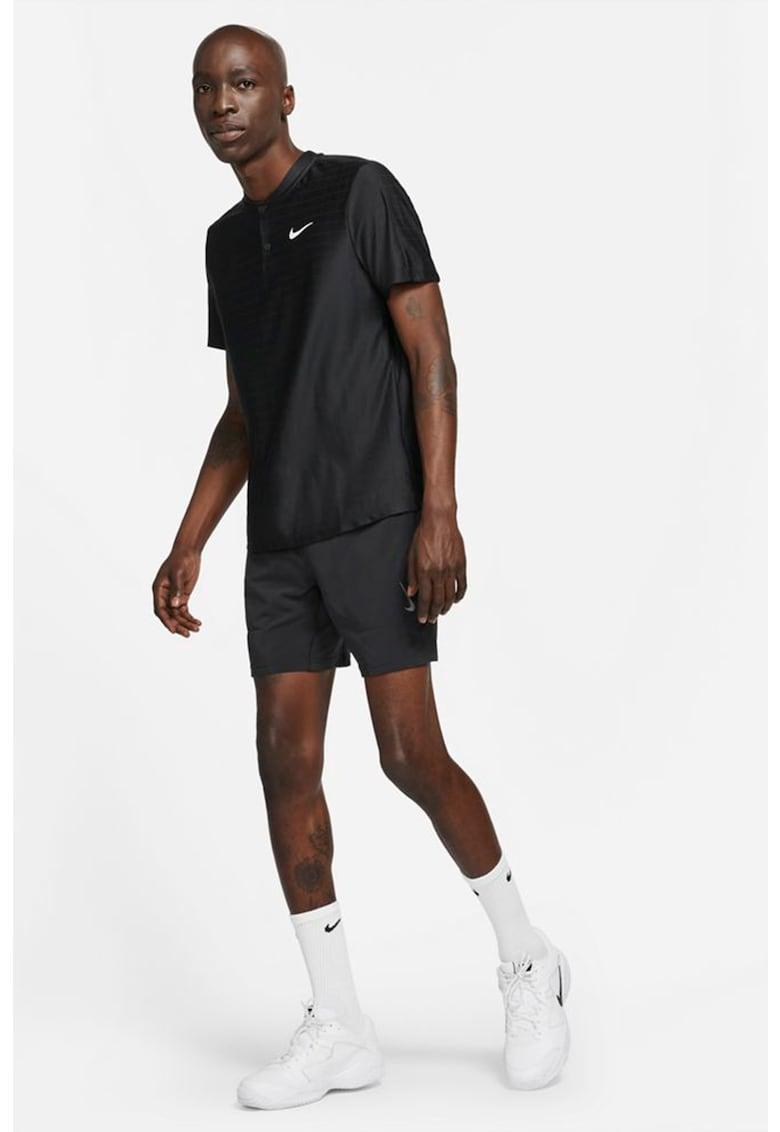 Tricou cu tehnologie Dri-Fit si decolteu henley - pentru tenis Court Advantage imagine fashiondays.ro Nike