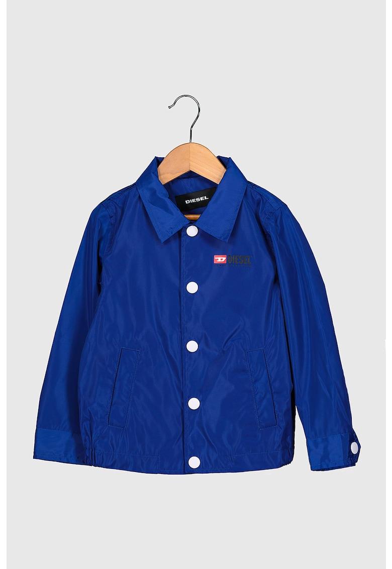 Jacheta cu imprimeu logo pe partea din spate