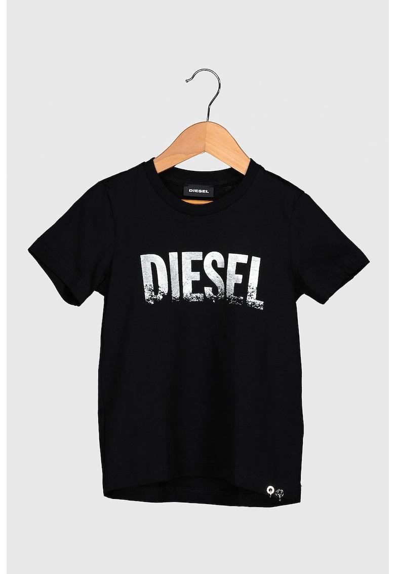 Tricou cu decolteu la baza gatului si imprimeu logo metalizat