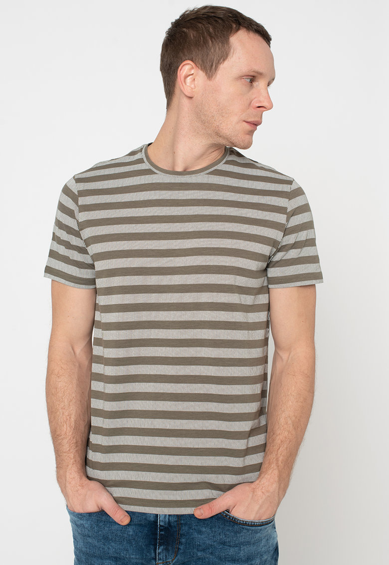 Tricou cu decolteu la baza gatului si model cu dungi Bărbați imagine