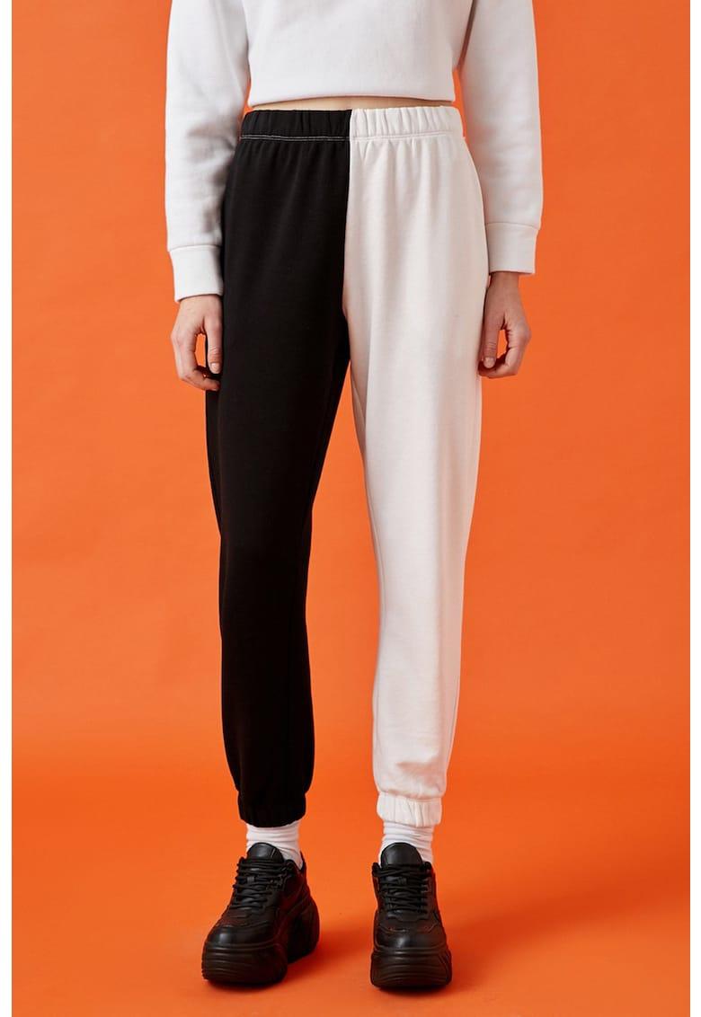 Pantaloni jogger cu model colorblock si talie elastica