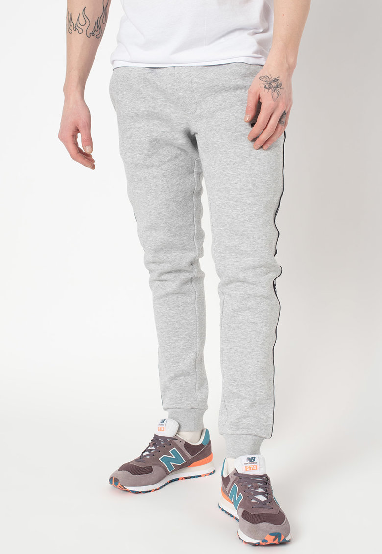 Pantaloni sport cu croiala conica si garnituri logo