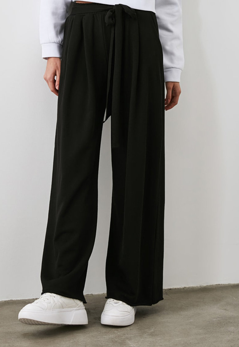 Pantaloni ampli cu snur in talie