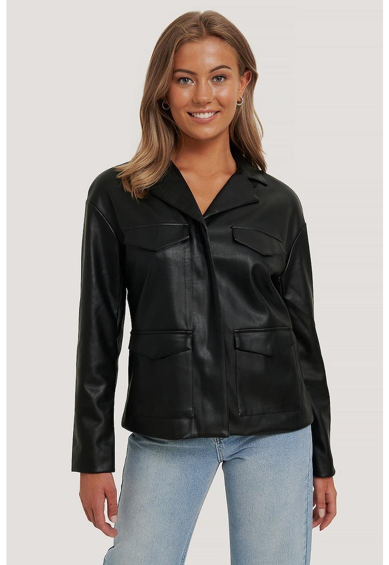 Jacheta din piele ecologica cu revere decupate de la NA-KD