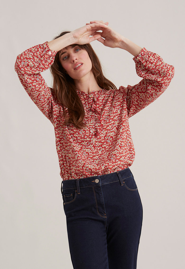 Bluza cu model floral si terminatie cu volane