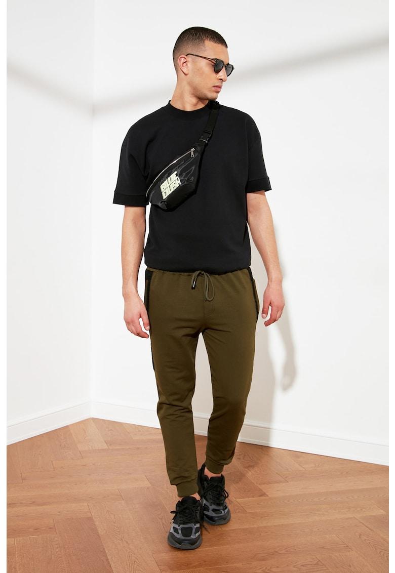 Pantaloni jogger regular fit cu segmente contrastante