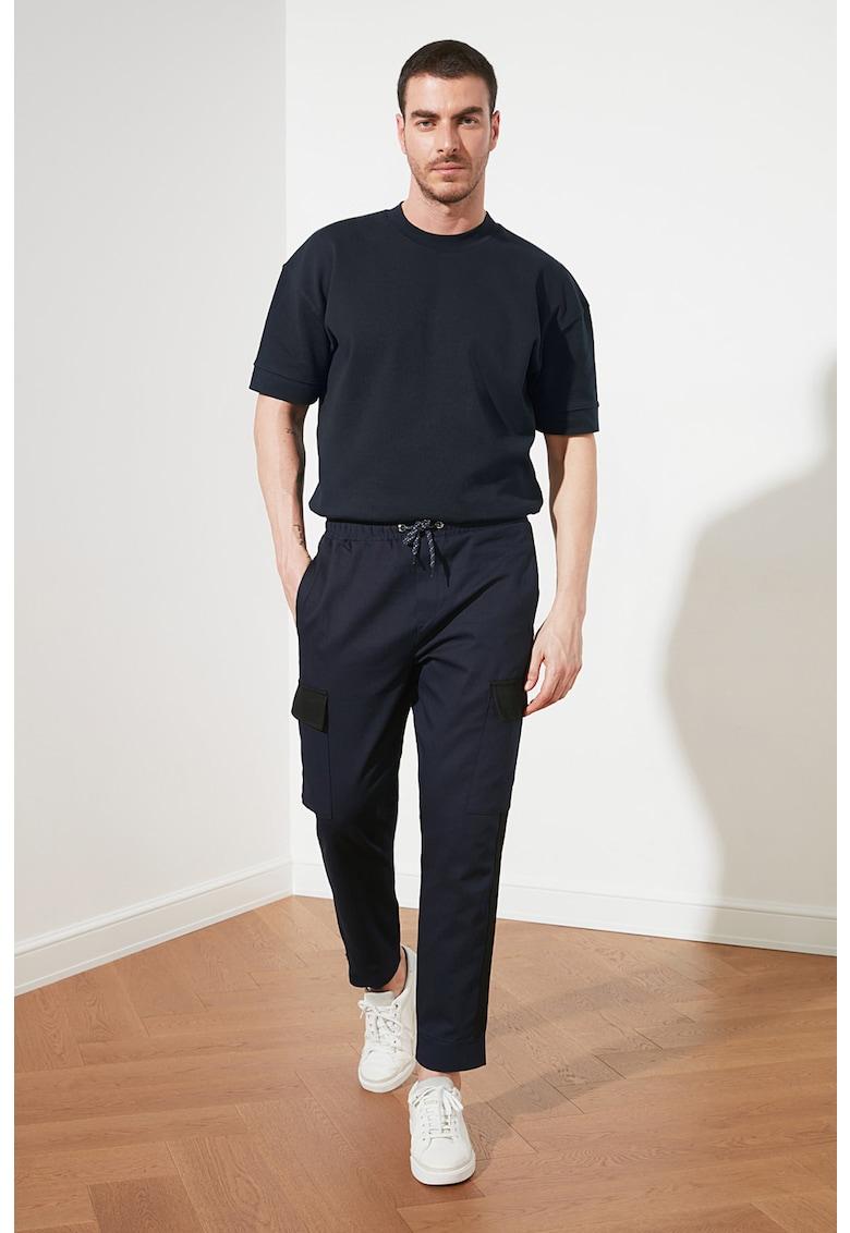 Pantaloni cu detalii contrastante