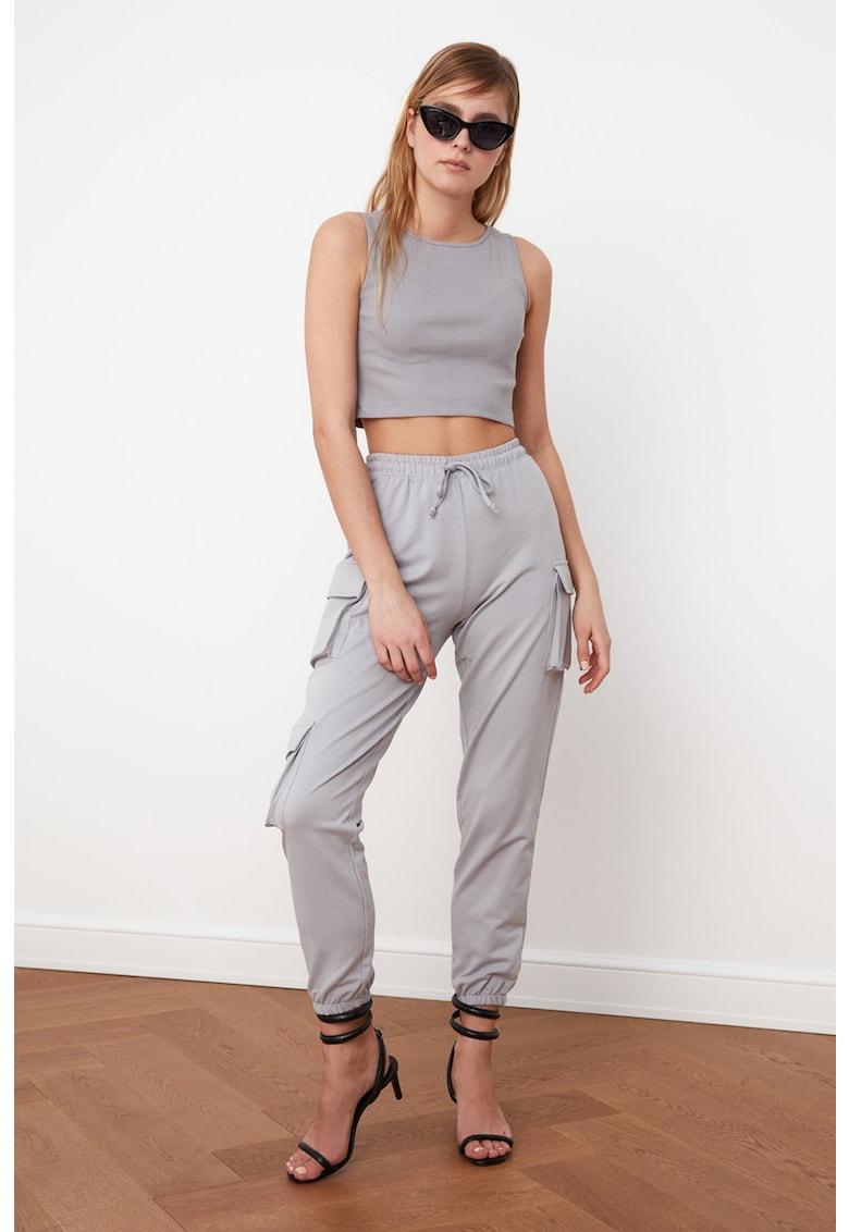 Set de pantaloni sport si top crop imagine fashiondays.ro 2021