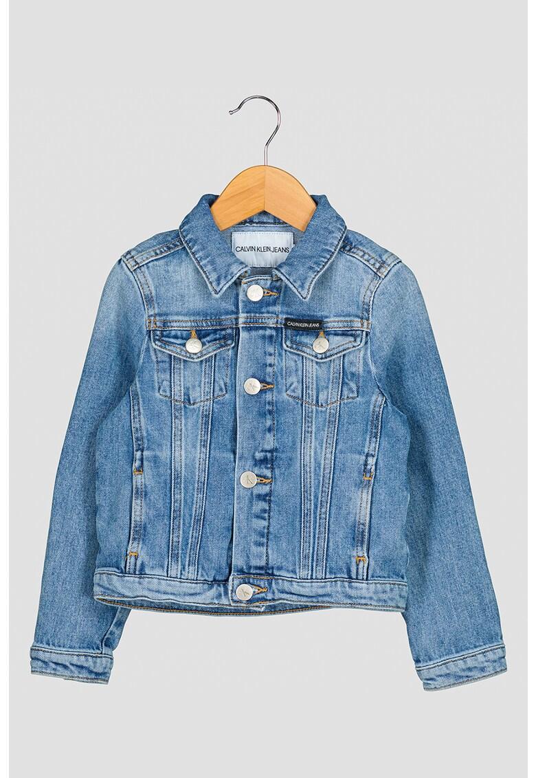 Jacheta de denim cu logo brodat pe partea din spate