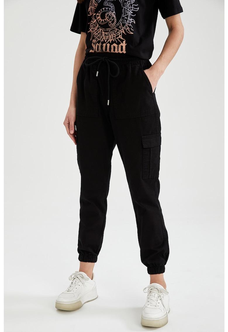 Pantaloni cargo crop cu snur in talie de la DeFacto