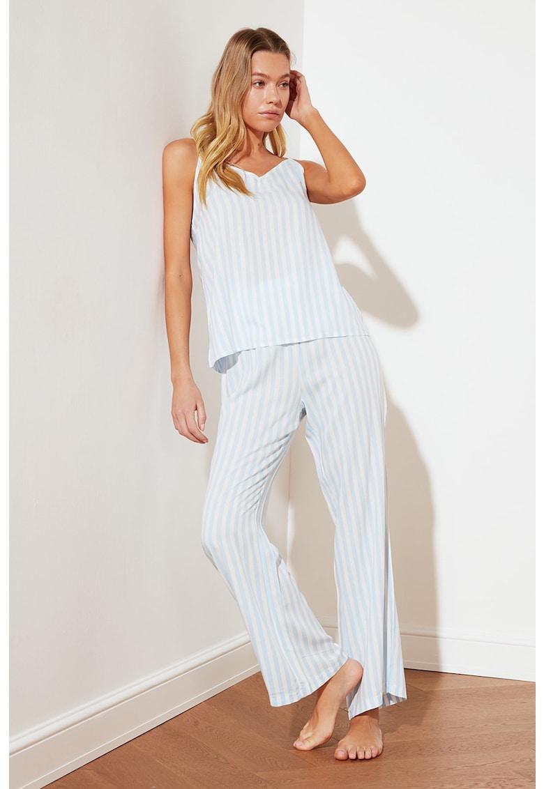Pijama cu decolteu in V si model in dungi