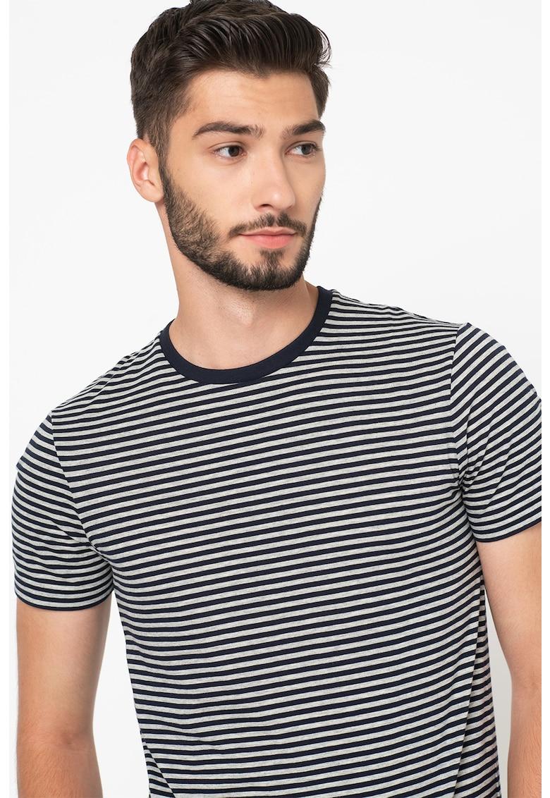 Tricou cu decolteu la baza gatului si dungi